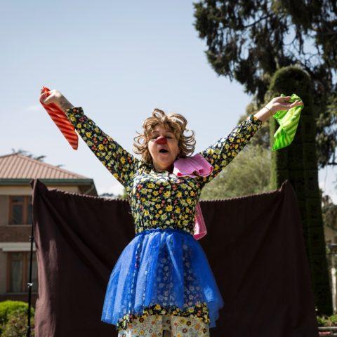 Image d'une artiste clown de Clowns Sans Frontières célébrant l'atteinte de l'objectif du clownfunding